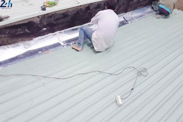 Cách xử lý chống thấm khe hở giữa mái tôn và tường đơn giản